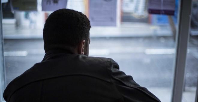 Mourad, durante la entrevista, en la sede de SOS Racismo, en Lavapiés, Madrid.- JAIRO VARGAS