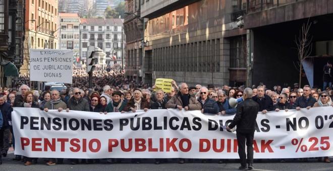 Manifestación de jubilados y pensionistas por las calles de Bilbao (Vizcaya) en defensa de unas pensiones dignas, del sistema público de pensiones y de su actualización en base al IPC. EFE/MIGUEL TOÑA