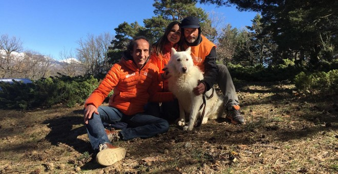 Miembros de El Refugio, con Balea, una perrita rescatada de la la 'finca de los horrores' en Villa del Prado. / EL REFUGIO