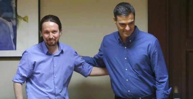 Iglesias y Sánchez se saludan durante la primera reunión formal entre los equipos de trabajo de Podemos y PSOE en el Congreso. / EFE