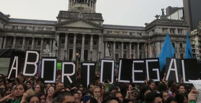 Cientos de personas se manifiestan para pedir el aborto seguro en Buenos Aires hace unos días. EFE/Javier Caamaño
