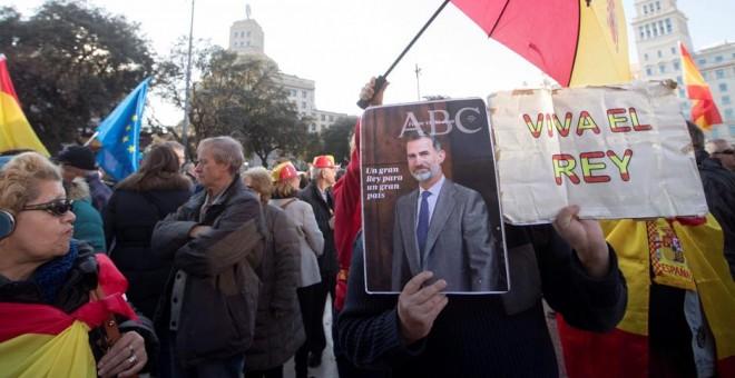 Manifestantes a favor de la unidad de España con fotos del rey Felipe VI en Barcelona, antes de la inaugiración del Mobile World Congress. EFE/Marta Pérez