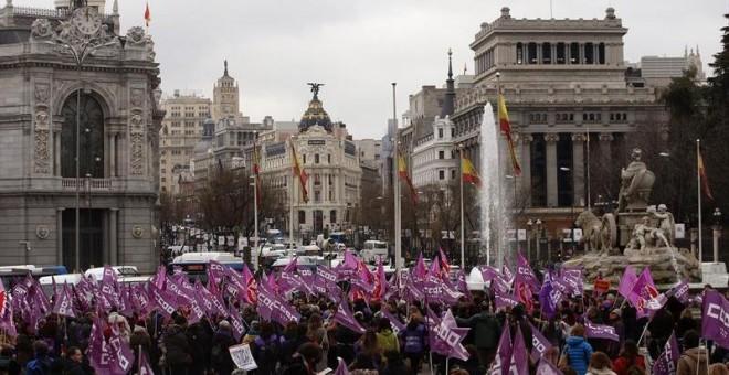Concentración convocada por los sindicatos en la Plaza de la Cibeles, a las puertas del Ayuntamiento de Madrid, con motivo del Día de la Mujer. EFE/JAVIER LIZÓN