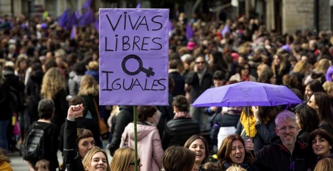 Miles de personas se han manifestado hoy en Vitoria con motivo de la huelga feminista convocada por el Día Internacional de la Mujer. EFE/ David Aguilar