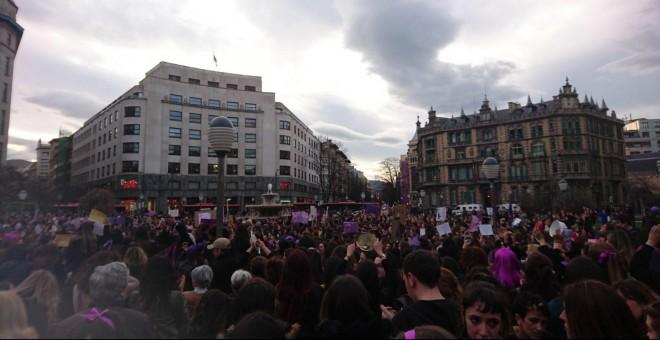 Miles de personas congregadas en el centro de Bilbao. /DANILO ALBIN
