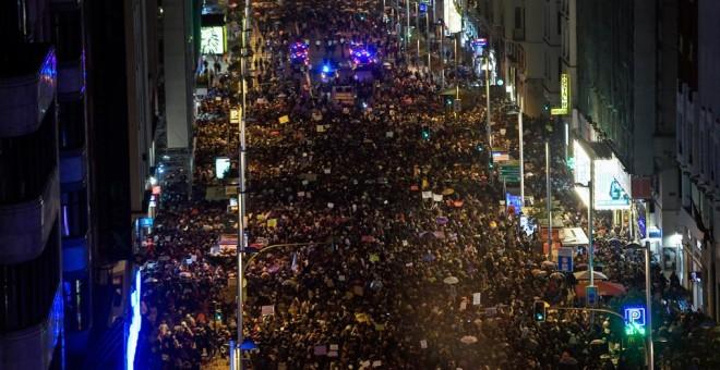 Decenas de miles de personas marchan por la Gran Vía madrileña, en la manifestación del 8M. AFP/Óscar del Pozo