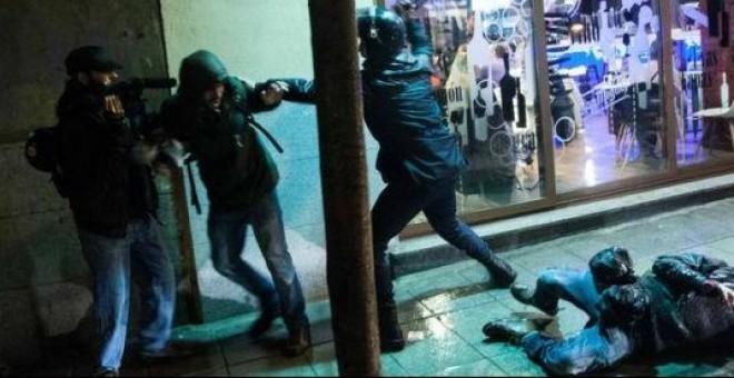 Un agente de la Unidad de Intervención Policial agrede a un periodista. Legal 15-M