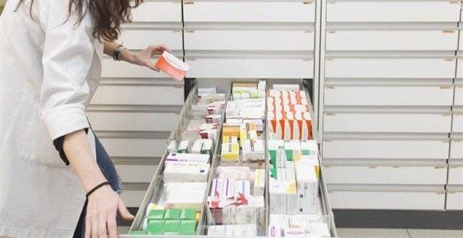 Farmacéutica buscando medicamentos. EUROPA PRESS