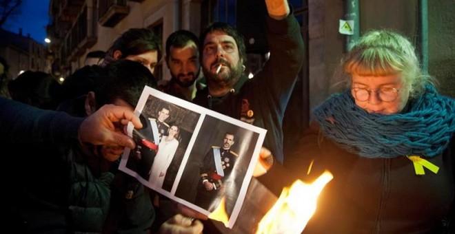 Un momento de la convocatoria de La plataforma independentista Alerta Solidaria en la que se han quemado fotos del Rey celebrando la sentencia del TEDH, esta tarde en Girona. EFE/Robin Townsend