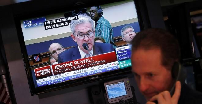 Un monitor de televisión en el patio de negociación de la bolsa de Wall Street muestra la comparecencia del nuevo presidente de la Reserva Federal (Fed), Jerome Powell, en el Congreso estadounidense, el pasado febrero. REUTERS/Lucas Jackson