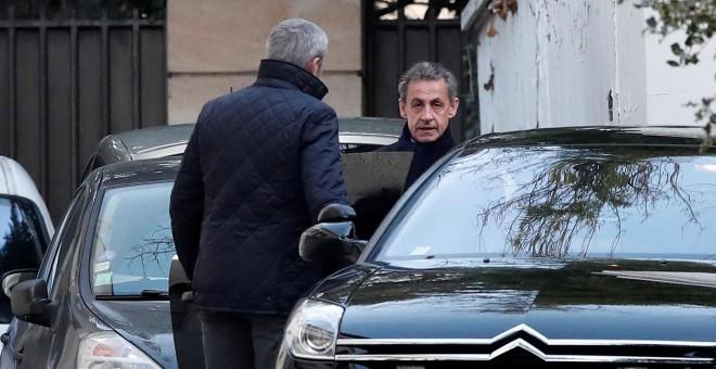 El expresidente francés, Nicolás Sarkozy, entra en su coche para acudir a declarar en la sede de la Policía Judicial de Nanterre. /REUTERS