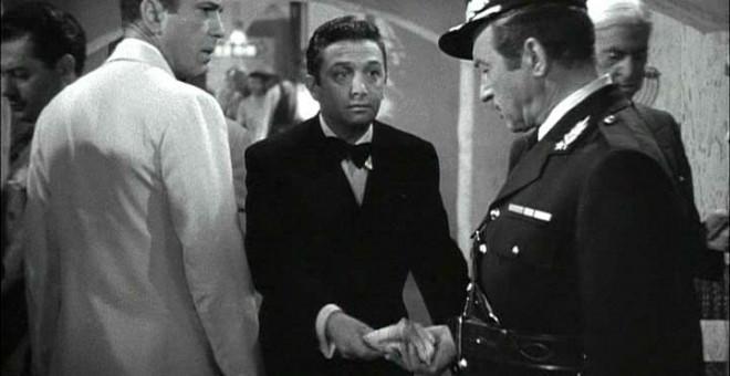 Fotograma de la película Casablanca en la que el capitán Renault se escandaliza del juego... mientras recibe su parte. (Archivo)