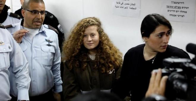 La joven palestina Ahed Tamimi, de 17 años, durante su comparecencia ante la corte militar, en la Cisjordania ocupada. ABIR SULTAN (EFE)