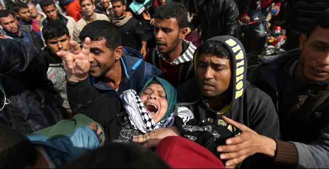 Una mujer palestina herida es evacuada después de que las tropas israelíes abrieran fuego contra los manifestantes a lo largo de la Franja de Gaza.- REUTERS