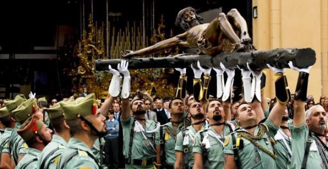 Legionarios desfilan con el Cristo de la Buena Muerte en Málaga.- EFE