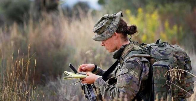 Una militar del Ejercito de Tierra, en unos ejercicios de operaciones especiales. EFE