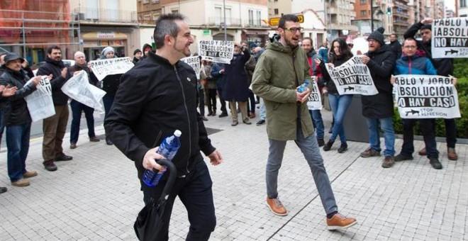 Pablo Alberdi y Jorge Merino, militantes de la CNT, llegan al juzgado de Logroño durante su juicio por los incidentes en la huelga general de noviembre de 2012. -EFE