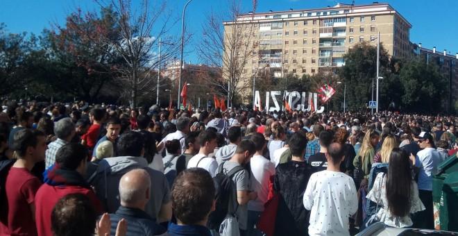 Numerosas personas apoyan, pidiendo 'Justicia' y diciendo que 'no es terrorismo' lo que ocurrió en Altsasu. / POD. PAMPLONA