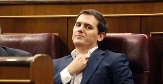 El líder de Ciudadanos, Albert Rivera, y el portavoz del grupo en la cámara baja, Juan Carlos Girauta, durante el Pleno en el Congreso de los Diputados. - EFE