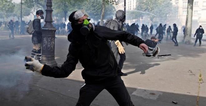 Manifestantes se enfrentan a la policía durante una marcha por el Día Internacional de los Trabajadores, en París (Francia), hoy, 1 de mayo de 2018. EFE/ Yoan Valat