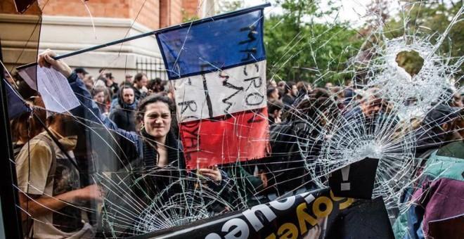 arias personas entran a un restaurante de comida rápida vandalizado durante una marcha por el Día Internacional de los Trabajadores, en París (Francia), hoy, 1 de mayo de 2018. EFE/CHRISTOPHE PETIT TESSON