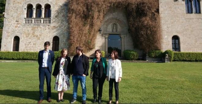 Una delegación de eurodiputados del Grupo de Memoria Histórica del Parlamento europeo, delante del Pazo de Meirás, en Sada (A Coruña).