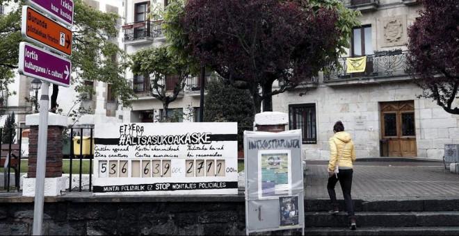 Un panel colocado junto al Ayuntamiento de Alsasua recuerda los días que llevan en la cárcel algunos de los jóvenes que han sido juzgados en la Audiencia Nacional acusados de agredir a dos guardias civiles en Alsasua (Navarra). EFE/Jesus Diges