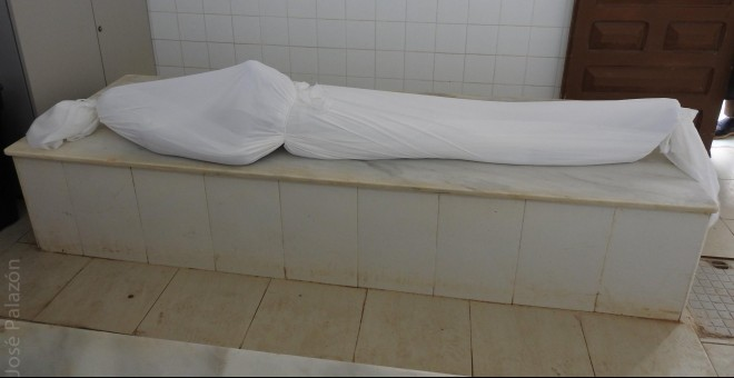 El cuerpo de Mamadou Barry, en el cementerio musulmán de Melilla, antes de ser enterrado. JOSÉ PALAZÓN
