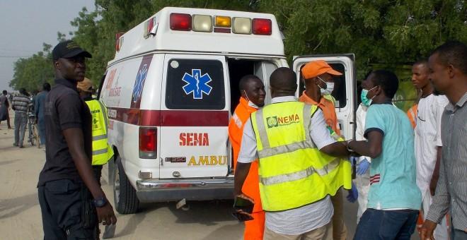Los trabajadores de rescate en el sitio de un ataque de militantes de Boko Haram el viernes 27 de abril en la ciudad noreste de Maiduguri/Reuters