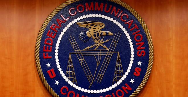 El logo de la FCC, en una imagen tomada justo antes de la audiencia en Washington sobre neutralidad de la red. REUTERS