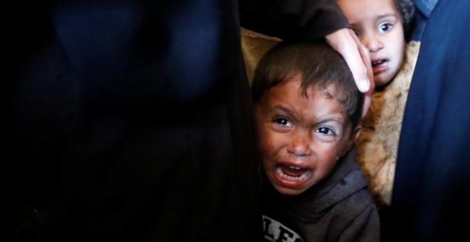 Un niño palestino llora durante el funeral del joven palestino Tahreer Wahba, de 17 años, fallecido tras resultar herido en las protestas contra Isreal en la frontera entre Israel y Gaza, en Khan Younis, al el sur de la Franja de Gaza.- REUTERS