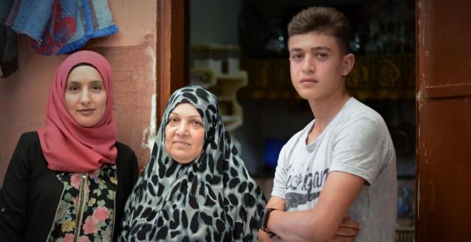 Las hermanas Mayada y Fadylih Khalaf, y el nieto de Fadylih, Mohammad, de 16 años. /ANDREA OLEA