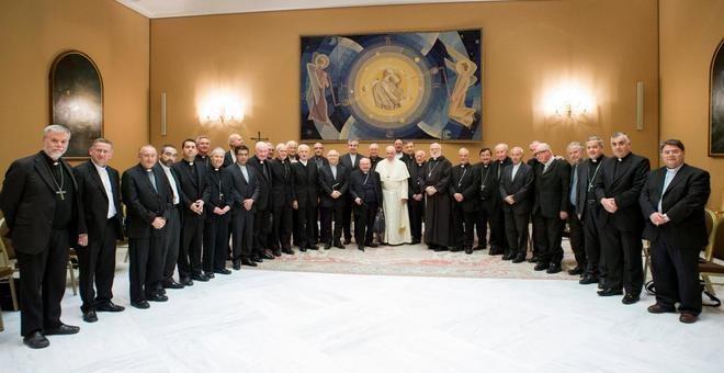 El papa Francisco posa junto a los obispos chilenos en el Vaticano. REUTERS/OSSERVATORE ROMANO
