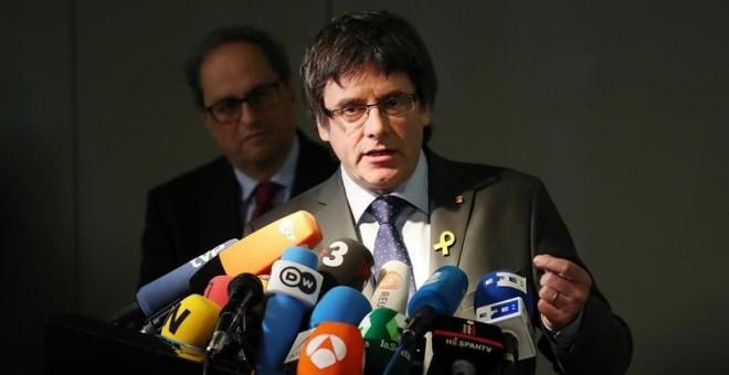 Carles Puigdemont da una rueda de prensa en presencia de su sucesor, el recién elegido presidente de la Generalitat de Catalunya, Quim Torra (i), en Berlín (Alemania). / EFE