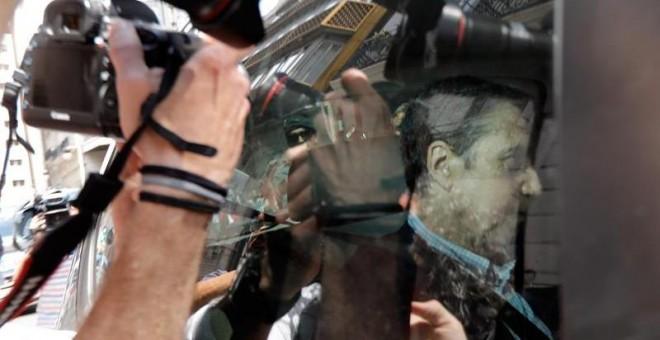 Agentes de la UCO trasladan a Eduardo Zaplana en un coche. EFE/ Juan Carlos Cárdenas