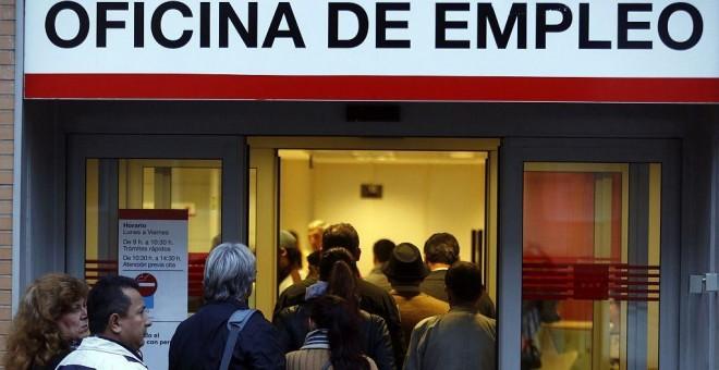Cola de personas en una oficina de empleo de la Comunidad de Madrid. REUTERS