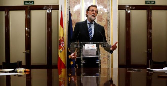 El presidente del Gobierno y del PP, Mariano Rajoy, en una rueda de prensa en una sala del Congreso de los Diputados, tras la aprobación de los Presupuestos Generales del Estado para 2018. REUTERS/JuanMedina