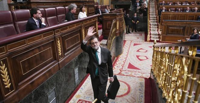 El presidente del Gobierno, Mariano Rajoy, abandona el hemiciclo del Congreso de los Diputados, en el receso de la primera jornada del debate de la moción de censura presentada por el PSOE. DANI GAGO