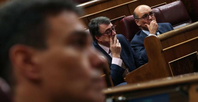 El líder del Partido Socialista Pedro Sánchez, el portavoz del Partido Nacionalista Vasco (PNV), Aitor Esteban y Mikel Legarda durante una moción de censura- REUTERS