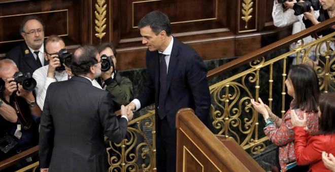 El secretario general del PSOE Pedro Sánchez, saluda presidente del gobierno Mariano Rajoy. /EFE