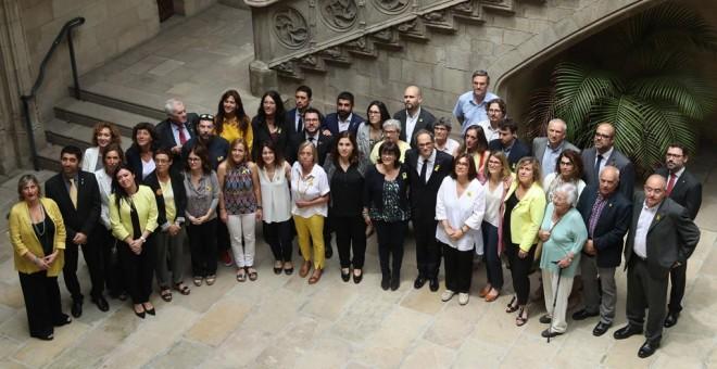 Los miembros del nuevo Govern posan con los familiares de los exconsellers presos y en Bélgica tras el acto de posesion del nuevo ejecutivo catalán. EFE/Toni Albir