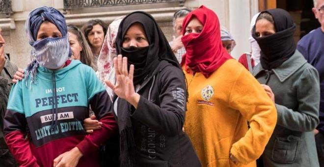 Las nueve temporeras inmigrantes que han denunciando ante la Guardia Civil en las últimas horas presuntos abusos laborales y sexuales, a las puertas de la Inspección de Trabajo de Huelva tras comparecer ante los medios de comunicación. (JULIÁN PÉREZ | EFE