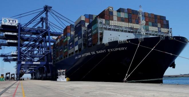 Un buque cargado de contenedores en el Puerto de Algeciras. REUTERS/Jon Nazca