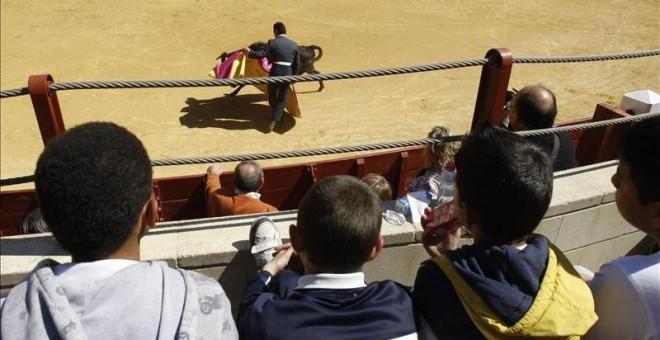 Unos niños presenciando una corrida de toros. EFE / Archivo