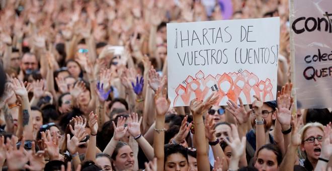 Manifestación de mujeres en Madrid, esta tarde ante el Ministerio de Justicia, en protesta por la puesta en libertad bajo fianza de los cinco miembros de 'La Manada'. EFE/Juan Carlos Hidalgo