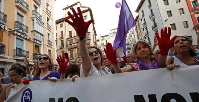 Manifestación en Pamplona en protesta por la puesta en libertad bajo fianza de los cinco miembros de 'La Manada'. EFE/ Villar López