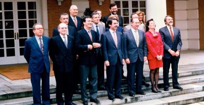 Rodrigo Rato y el resto de los miembros del primer gobierno de José María Aznar, posan en la entrada del Palacio de la Moncloa, en mayo de 1996.
