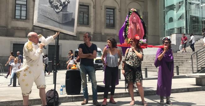 (De izq. a der.) El humorista Leo Bassi, el actor Willy Toledo y las defensoras del 'coño insumiso' durante un acto protesta en Madrid, frente al Museo Reina Sofía. / J.G