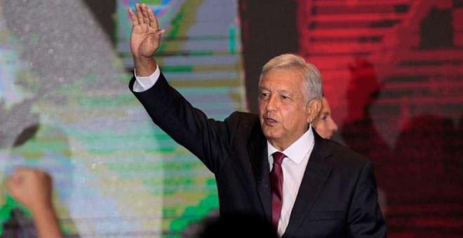 Andrés Manuel López Obrador saluda a sus seguidores tras conocer los resultados en México. (MARIO GUZMÁN | EFE)