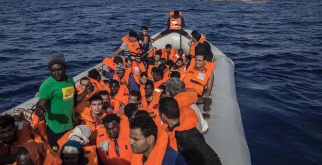 Fotografía facilitada por Proactiva Open Arms, del rescate de 60 migrantes frente a las costas de Libia, los cuales viajan en la embarcación Open Arms rumbo al Puerto de Barcelona/EFE